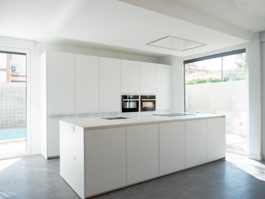 Cocina blanca de diseño The Concrete Home
