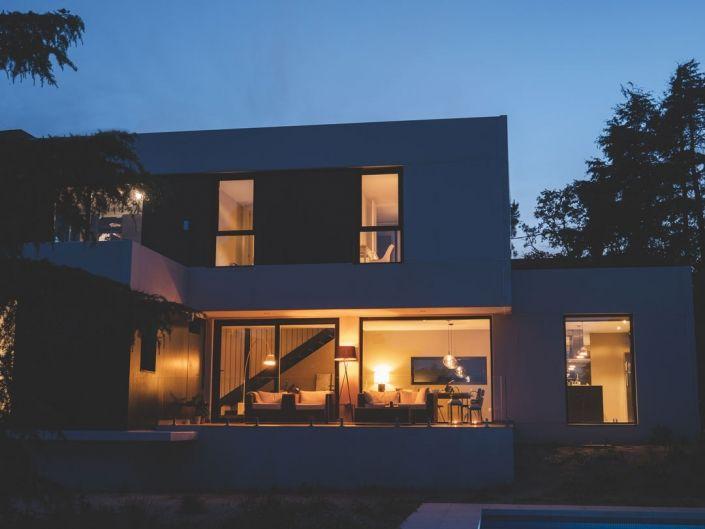 Foto nocturna a casa prefabricada de hormigon. Darro