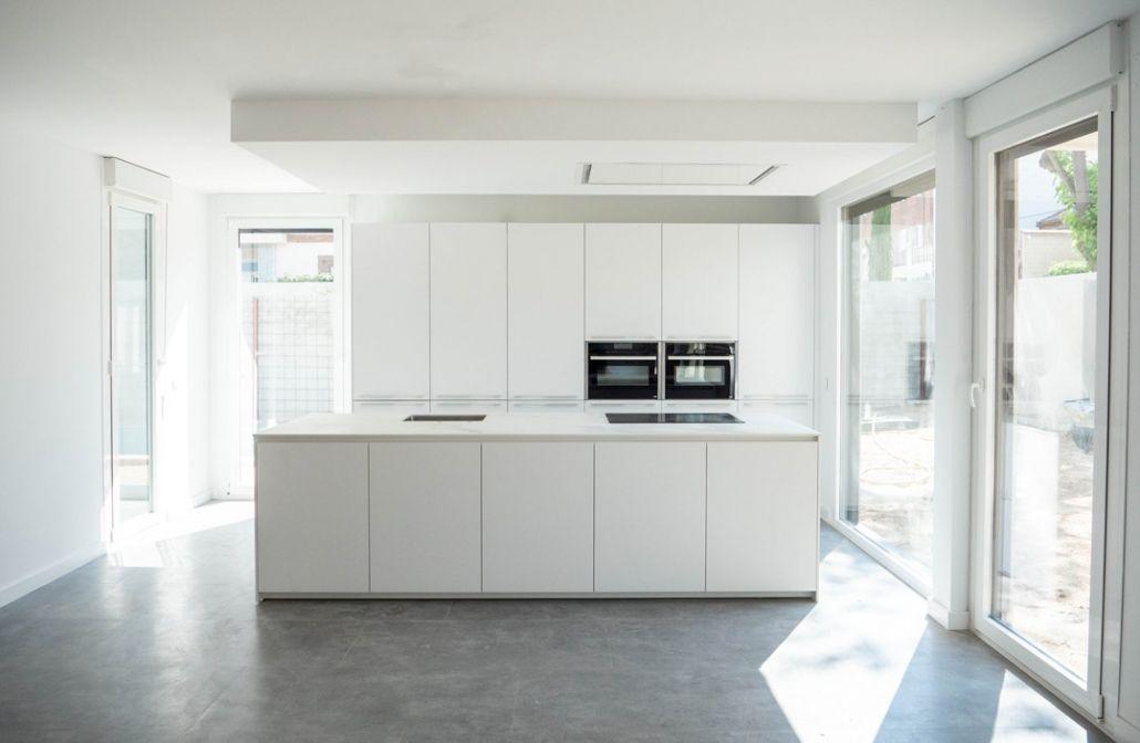 cocina amplia con isla The Concrete Home